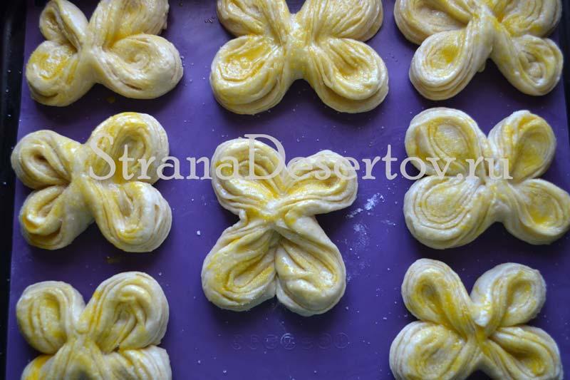 смазываю булочки желтком