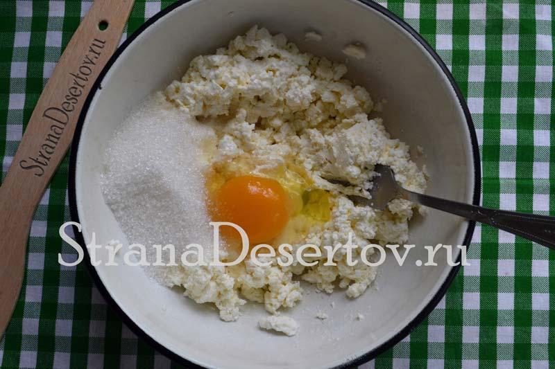 добавление яйца и сахара