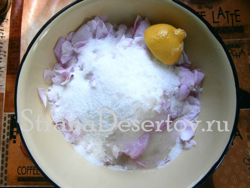 добавление сахара и лимонного сока