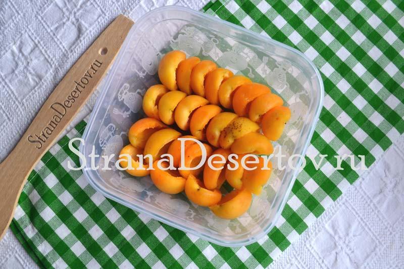 складывание абрикос в контейнер