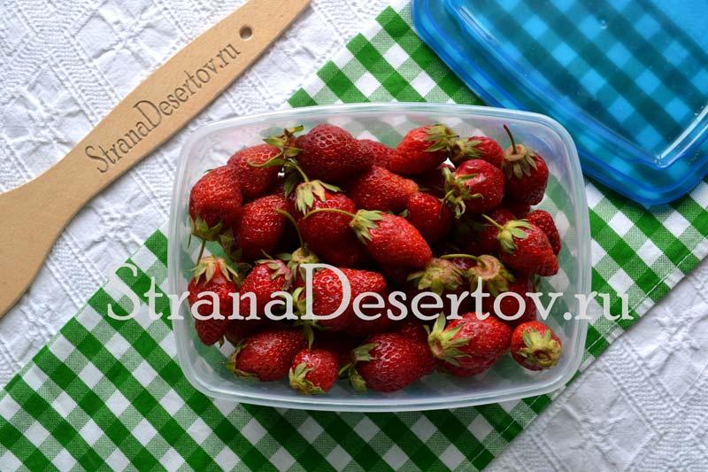 складывание ягод в контейнер