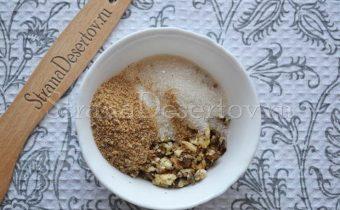 добавление сахара и панировочных сухарей