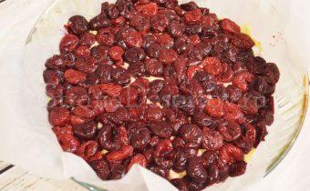 выкладывание вишни на пирог